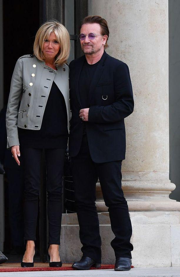 Brigitte valitsi kaksirivisen jakun ja kapeat mustat housut myös tavatessaan muusikko Bonon.