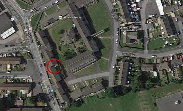 Wales Onlinen mukaan ruumis löytyi kätkettynä kuvaan ympyröidyltä pihalta.