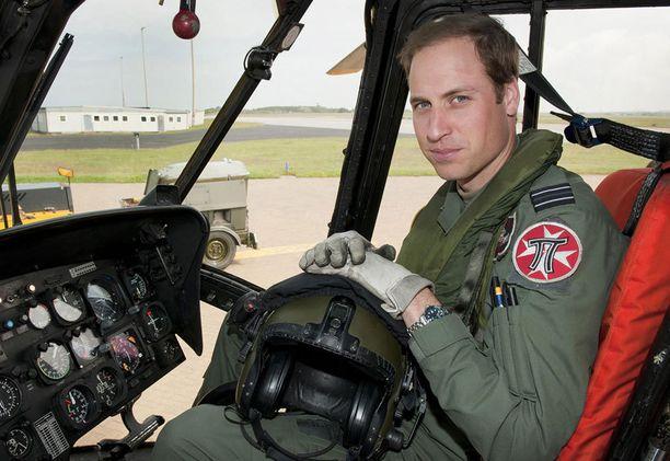 Prinssi William ryhtyy ambulanssihelikopterin lentäjäksi.