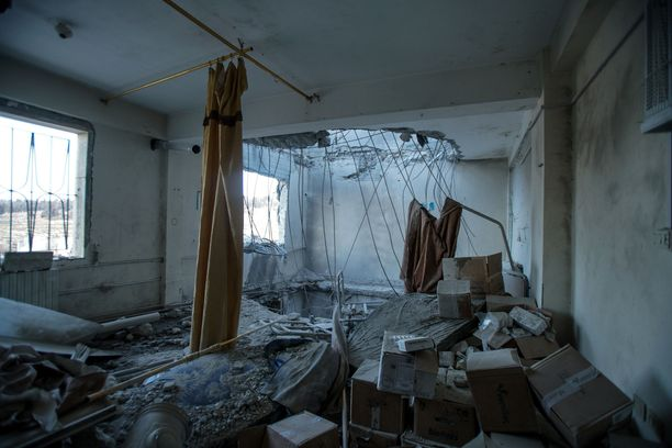 Tarkkailujärjestö kritisoi etenkin Venäjää ilmaiskuista siviilikohteisiin. Kuvassa sairaala Idlibin läheisyydessä helmikuussa 2018.