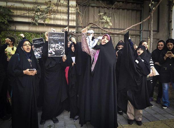 Iranilaiset naiset osoittivat mieltään Saudi-Arabian suurlähetystöllä Teheranissa vuonna 2015.