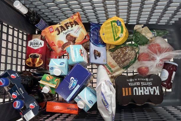 Juhannuksen herkkuvarastoja pääsee täydentämään myös kesken viikonlopun, sillä monet kaupat ovat auki sekä juhannusaattona että juhannuspäivänä.