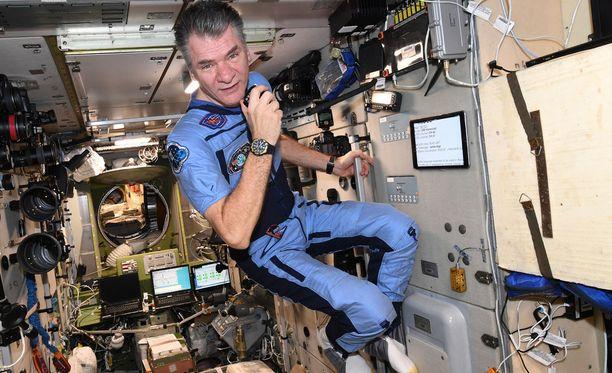 Paolo Nespoli on avaruusasemalla jo kolmatta kertaa. Videopuhelun aikana hän kertoo, millaista elämä avaruudessa on.