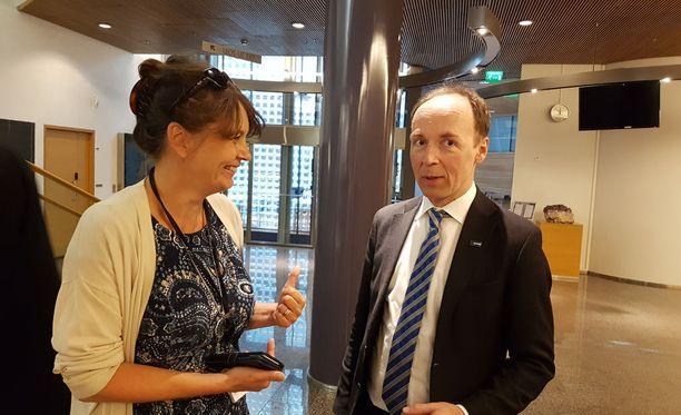 PS:n puoluesihteeri Riikka Slunga-Poutsalo ja puolueen puheenjohtaja Jussi Halla-aho kävivät läpi puoluevaltuuston agendaa eduskunnan Pikkuparlamentissa ennen kokouksen alkua.