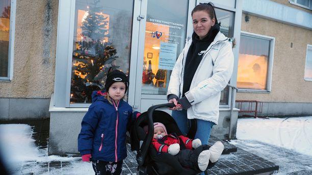 Pietarsaarelainen Janika Särkiniemi kävi tiistaina ottamassa kahdella lapselleen MPR-rokotteen.