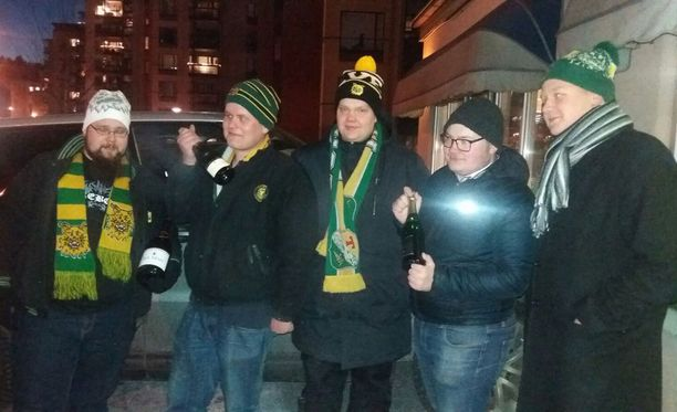 Janne Tammisalo (2. vasemmalta) saapui Ilveksen toimiston edustalle Vantaalta saakka.