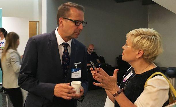 """Tukholmasta kotiutettu suurlähettiläs Jarmo Viinanen sanoi suurlähettiläspäivillä eduskunnassa, ettei ole tapahtunut mitään sellaista, """"josta olisi pitänyt aloittaa tämän kaltaista prosessia""""."""
