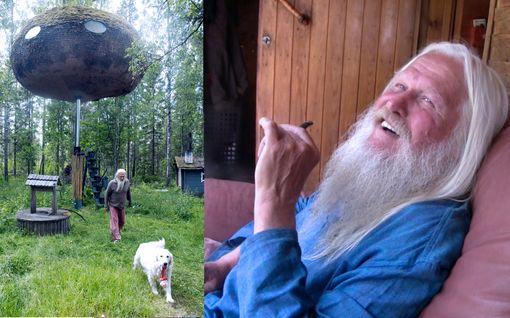 Keskellä suomalaista korpea törröttää sammaloitunut ufo, jonka katolla voit nähdä erikoisen ekomiehen polttelemassa piippua