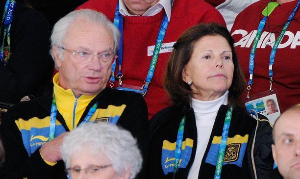 Kuningas ja kuningatar katsoivat curlingia Kanadassa vuonna 2010.