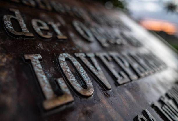 Love Parade -uhrien muistolaatta Duisburgissa.