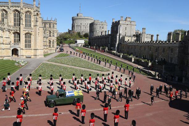 Prinssi Philipin toive oli, että hänen arkkunsa kuljetettaisiin kappeliin Land Roverilla. Näin myös kävi.