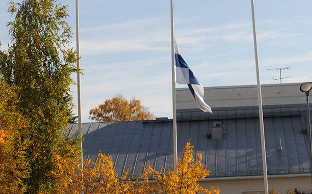 Liput laskettiin puolitankoon ympäri Suomea
