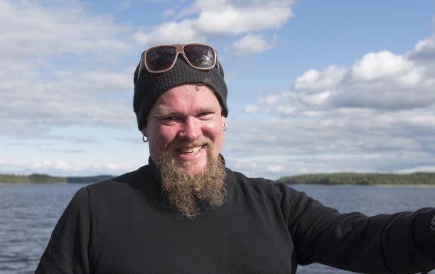 Korona tyhjensi näyttelijä Ville Haapasalon kalenterin. Mies ei jää odottelemaan töiden virkoamista tumput suorina, vaan keksi uutta tekemistä.