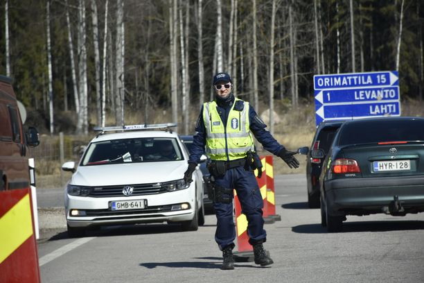Sitran koronaraportissa kerrotaan, että Ruotsi olisi toivonut Suomen pitävän yhteiskuntansa auki samalla tavalla kuin ruotsalaiset päätyivät tekemään keväällä 2020. Kuvassa poliisi kysyy Lahdentiellä matkustamisperustetta Uudenmaan rajan ylittäviltä autoilijoilta.
