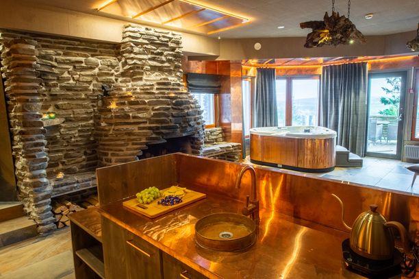 Karhunpesä on kattavasti varusteltu. Asukkailla on käytössään niin keittiö kuin poreallaskin.
