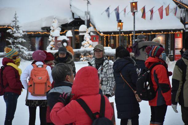 Aasialaisia matkailijoita riittää napapiirillä talviaikaan.