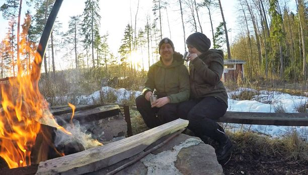 Sara ja Joni viihtyvät luonnossa.