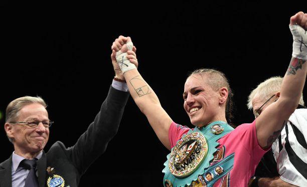 Eva Wahlström sai jälleen kannatella WBC-liiton MM-vyötä.