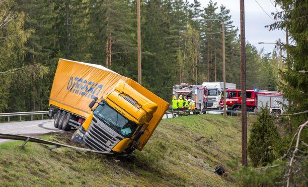 Rekka ajautui törmäyksen voimasta tien vastakkaiselle puolelle ja kaiteen läpi ojaan.