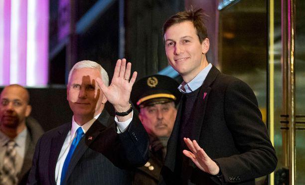 Jared Kushner (oik.) poistuu Trump Towerista varapresidentti Mike Pencen seurassa joulukuussa.