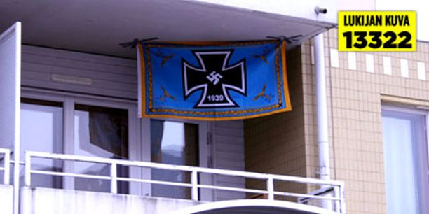 Vanhoilla saksalaistunnuksilla varustettu lippu ilmestyi yksityisasunnon parvekkeelle keskiviikkona.
