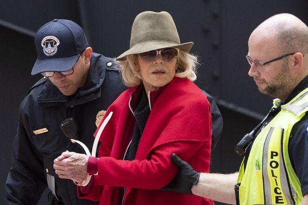 Näyttelijä Jane Fonda oli pukeutunut protestiin huomiota herättävään kirkkaanpunaiseen takkiin.