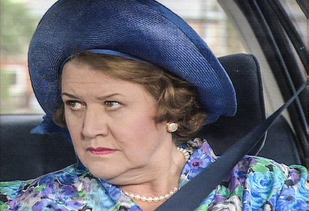 Hyacinth on kova rouva toimimaan apukuskina ja varoittelemaan kilometrin päässä jalkakäytävällä kulkevista ihmisistä.