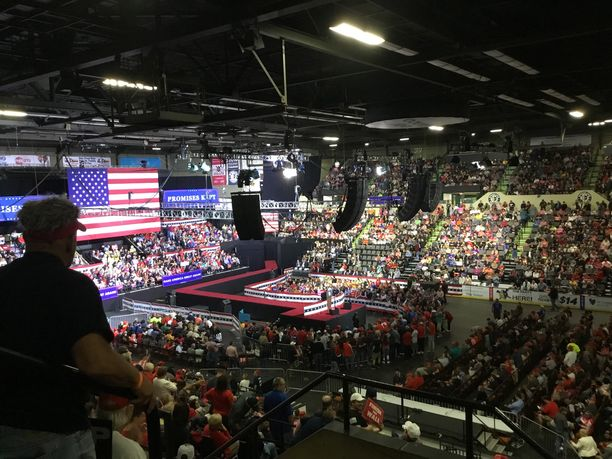 """Yhdysvaltain presidentti Donald Trump sai yleisön huutamaan """"CNN sucks"""" vaalitilaisuudessaan Länsi-Virginiassa."""