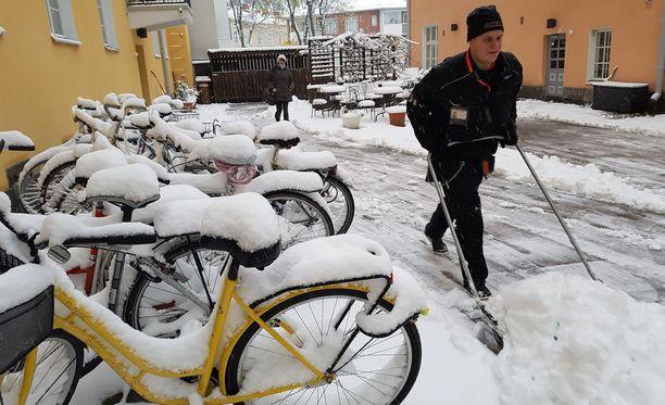 Tamperelaiset joutuivat lumitöihin torstaiaamuna.