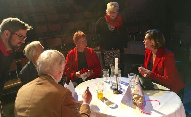 Erkki Tuomioja kirjoitti kesäkuussa blogissaan, että mikään kansallinen tai sosialidemokraattinen intressi ei puhu sen puolesta, että presidenttiä olisi perusteltua vaihtaa. Tuomioja keskusteli sunnuntain vaalitilaisuuden jälkeen presidentti Halosen, Haataisen ja Pentti Arajärven kanssa.