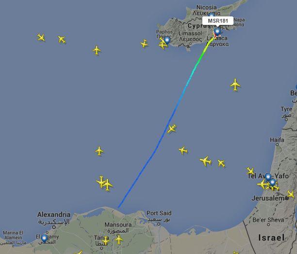 Egyptairin lento pakotettiin muuttamaan reittiään.