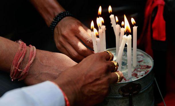 Myös intialaisessa Mumbain kaupungissa sytytettiin kynttilät uhrien kunniaksi.