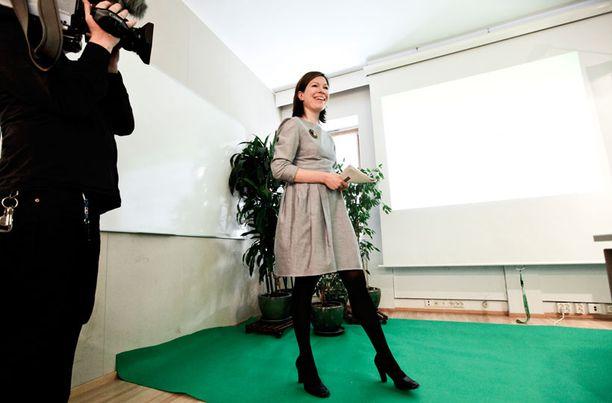 KOVIA TAVOITTEITA Puheenjohtaja Anni Sinnemäki seisoo tukevasti vihreällä pohjalla suunnitellessaan ensi vaalikauden veroratkaisuja.