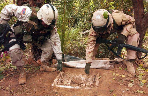 Yhdysvaltojen sotilaat esittelivät joulukuun 15. päivä 2003 paikkaa, josta Saddam Hussein oli paria päivää aiemmin löydetty.