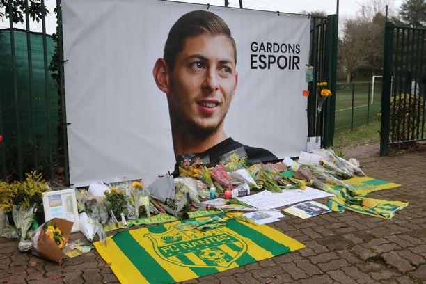 Nantesin kannattajat kunnioittivat Emiliano Salaa seuran harjoituskentän ulkopuolella. Sala oli juuri siirtynyt Nantesissa Valioliigan Cardiffiin.