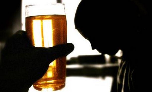 Lasten halu tiukentaa Suomen alkoholipolitiikkaa tuntuvasti vaikuttaa olevan täysin ristiriidassa aikuisväestön kanssa. Kuvituskuva.