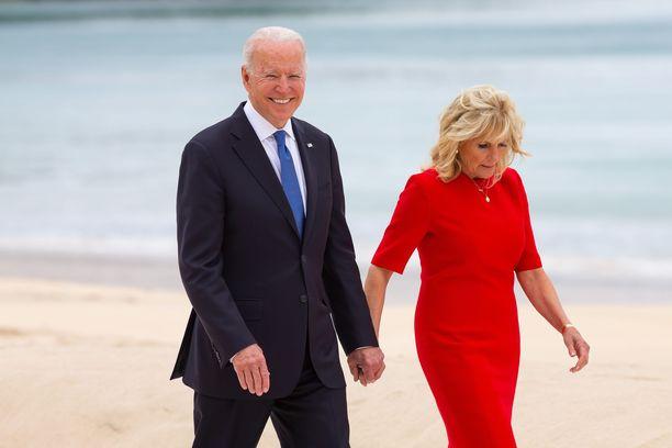 USA:n presidentti Joe Biden käyskenteli Carbis Bayn rannalla vaimonsa Jillin kanssa.