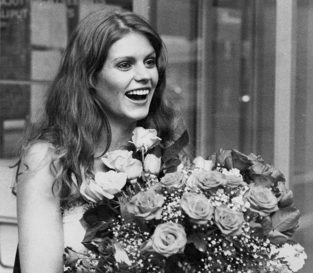 Riitta Väisänen palaamassa voitokkaasta Miss Eurooppa -kilpailusta vuonna 1976. Euroopan ohella naisen kauneus herätti ihailua myös rapakon takana.