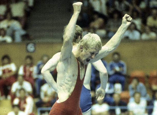 Pertti Ukkola tuulettaa olympiakultaa Montrealissa vuonna 1976.