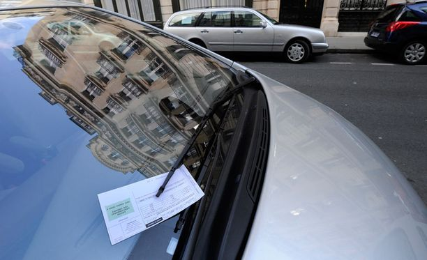 Sakkolappu on aina ikävä yllätys auton tuulilasissa. Kuva ei liity tapaukseen.