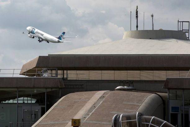 EgyptAirin kone nousi torstaina matkaan Charles de Gaullen lentokentällä.