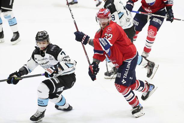 HIFK:n Lennart Petrell ja Pelicansin Oliwer Kaski (vas.) Nordiksen kuuman illan tuoksinassa. Kaski pelasi osan ottelusta ilman kultaista kypäräänsä.