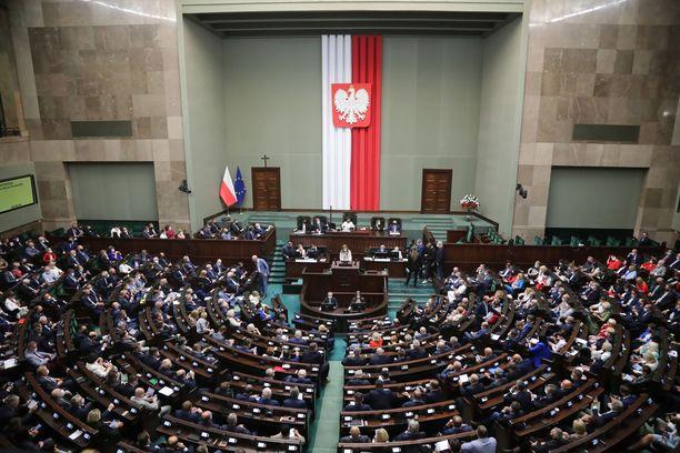 Parlamentti hyväksyi lakiesityksen 12 äänen erolla.