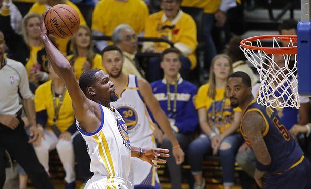 Kevin Durant pussitti 38 pistettä Golden Staten voitossa.