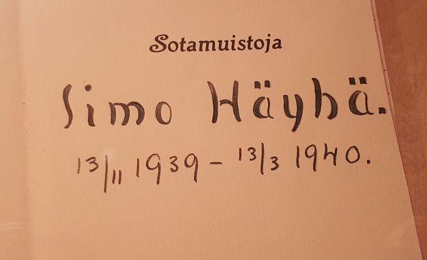 Simo Häyhän muistikirjasta otettiin 100 kopiota, joista ensimmäistä numeroitua kappaletta on myyty huutokaupalla.
