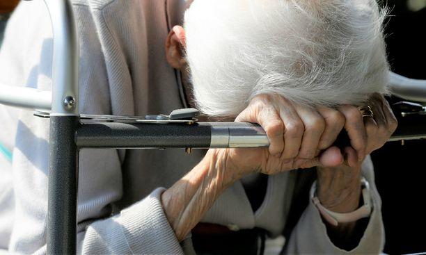 77-vuotias Hilkka Mäntynen menehtyi kohtusyöpään ja koki tyttärensä mukaan tuskallisen kuoleman ja saattohoidon. Kuvituskuva.