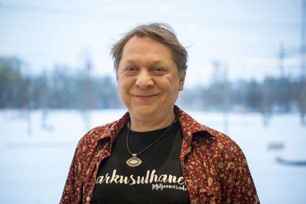Heikki Salo vaikuttaa Miljoonasade-yhtyeessä.
