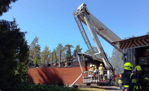 Kolmen asunnon kattorakenteet tuhoutuivat tulipalossa.
