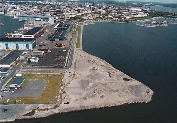 Merta täytettiin ilman lupia niin karkeasti, että rantaviiva siirtyi enimmillään 65 metriä itään päin. Iltalehden kuva on vuodelta 1999.