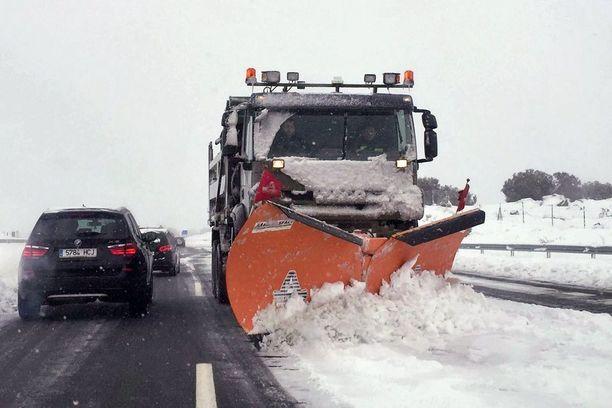 Madridissa liikenteeseen tuli kaaos, kun lumi tyssäsi sunnuntaina useiden ajomatkan Madridiin johtaneella AP6-moottoritiellä.